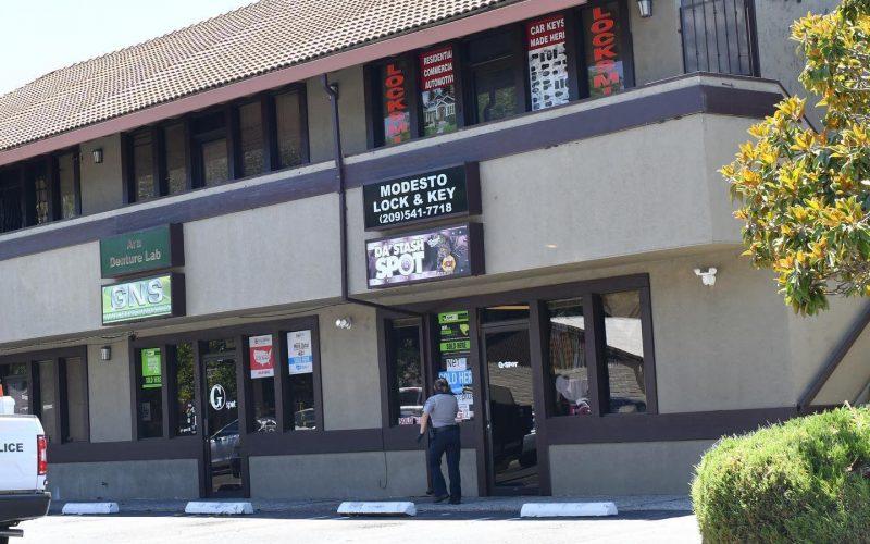 Wanita ditangkap setelah operasi perjudian ilegal ditemukan di ruang kantor
